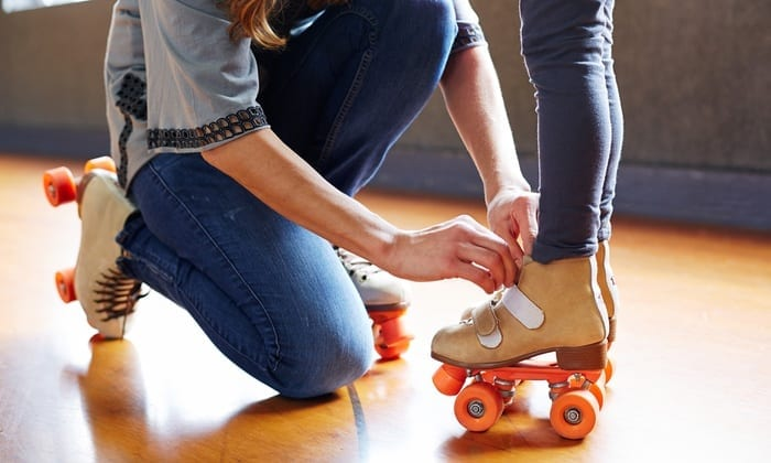 tying a child's roller skates